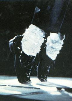 Белые носки с черным костюмом
